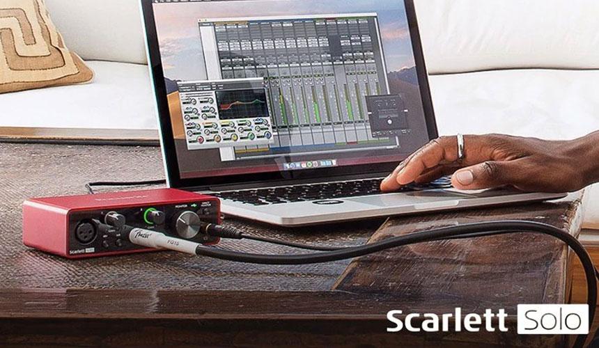 Interfaz de audio USB Focusrite Scarlett Solo de 3ra generación, perfecta para mejorar e iniciarte en la grabación musical.